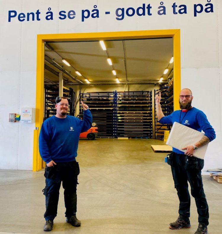 Ferdig fagarbeider Victor Drevsjø til vesntre, med mentor og verkstedleder Ole Martin
