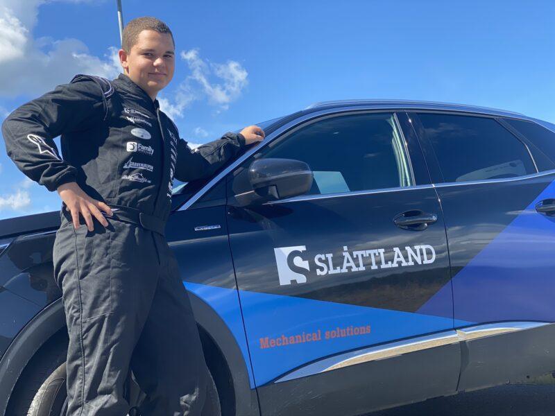 Slåttland støtter unge idrettsutøvere. Rallycrossfører Mathias Minge